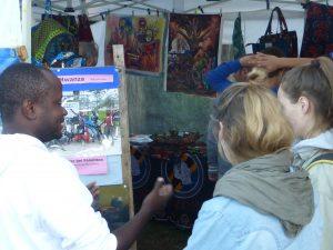 Edwin Magere bringt Besuchern seine Lebensumstände in Mwanza nahe. (Foto: Mwanza e.V.)